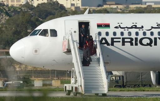 リビアで旅客機ハイジャック マルタに着陸、犯人投降で終結