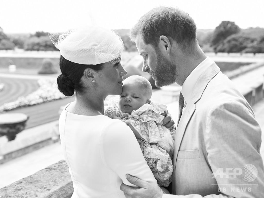 ヘンリー英王子夫妻、長男アーチーちゃんの洗礼式写真を公開