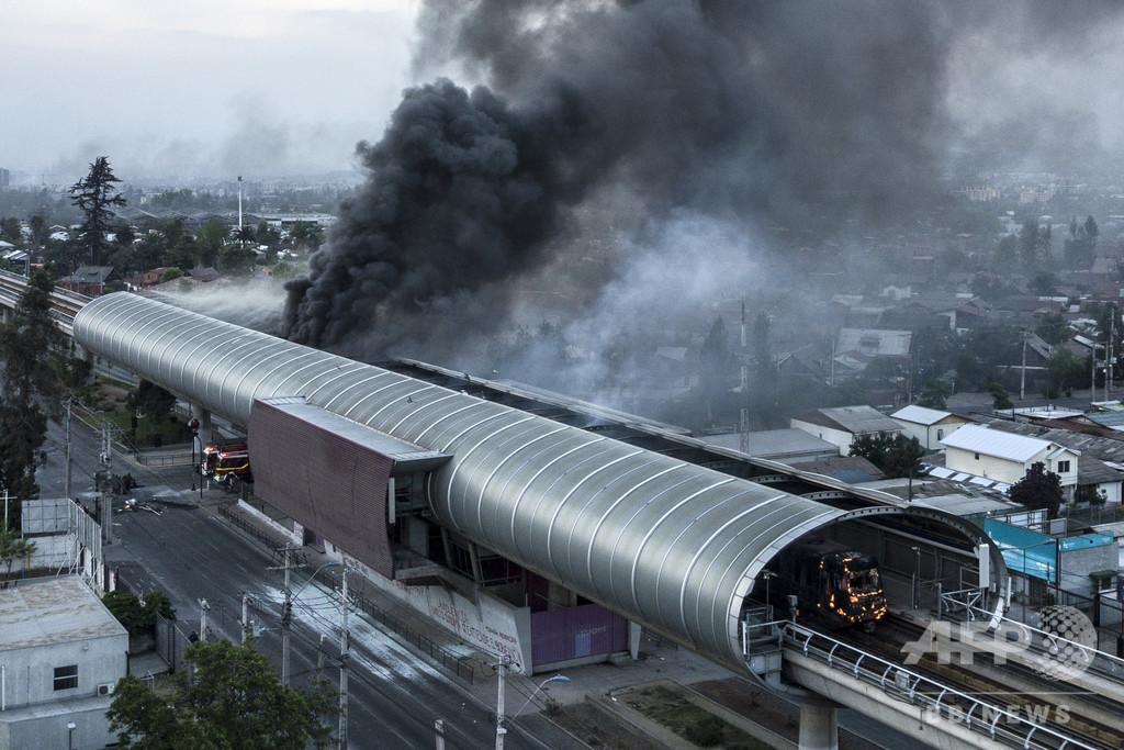 チリ首都の暴動で3人死亡、略奪受けたスーパーマーケットが炎上