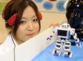 「まばたき」でロボット操作、国際次世代ロボットフェア