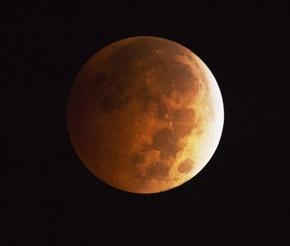 異例の「短時間」皆既月食、4日夜に12分間