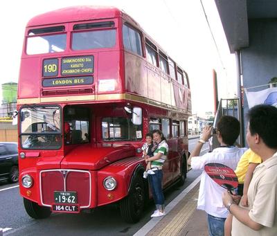 ロンドン名物の赤い2階建てバス、下関市で第2の人生