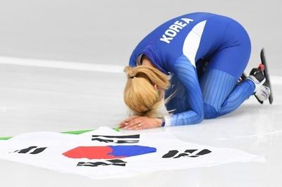 銀メダルの韓国スケーターがレース後に謝罪、女子マススタート