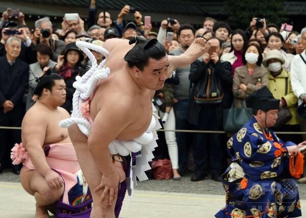 靖国神社で奉納大相撲、白鵬と日馬富士が土俵入り披露