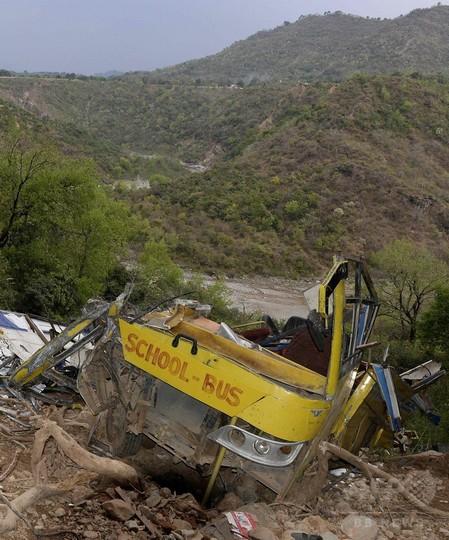 スクールバスが崖から転落、児童ら30人死亡 インド