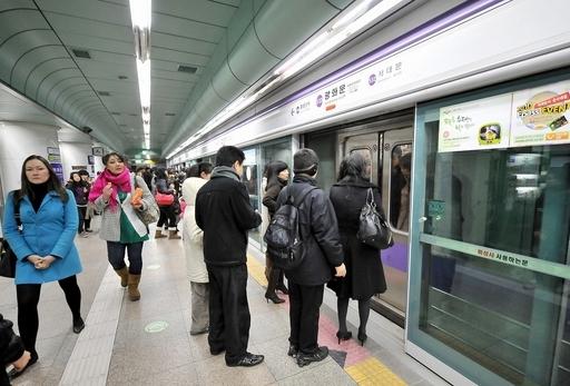 転落防止柵で地下鉄駅での自殺減少、漢江への飛び込みは増加 韓国