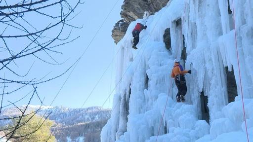 動画:氷瀑を登るアイスクライミング、仏アルプスのイベントに500人参加