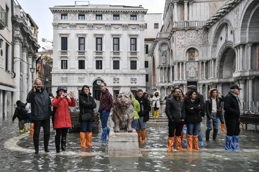 水の都ベネチアの記録的高潮、原因は気候変動と汚職