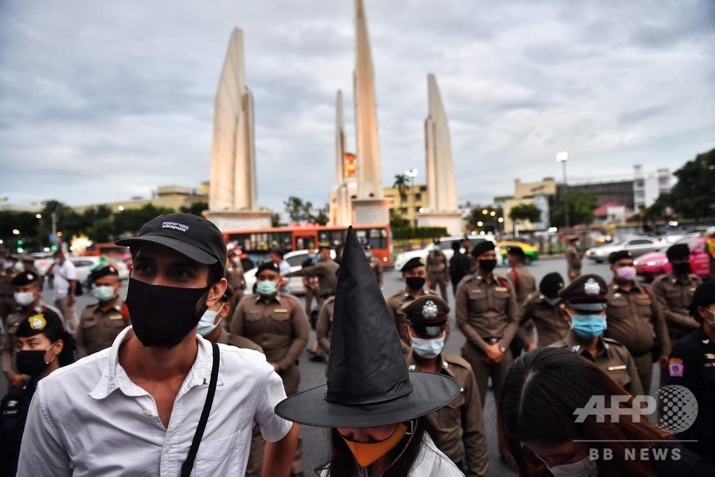 タイでハリポタテーマの反政府デモ、民主主義の「魔法」を