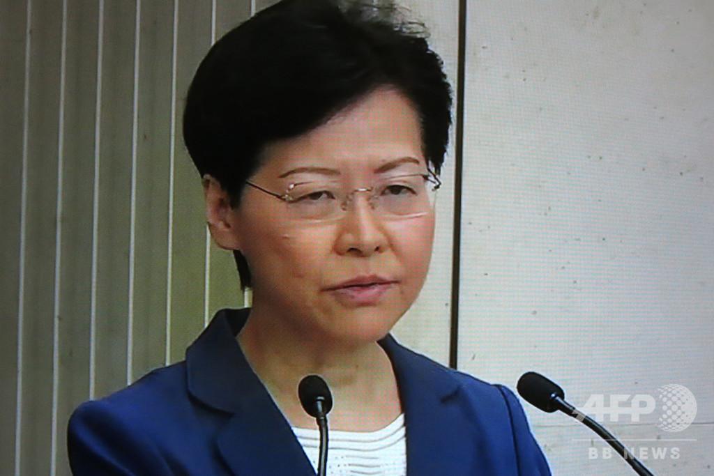 「香港を二度と戻れない道」に、行政長官がデモ中の暴力を非難
