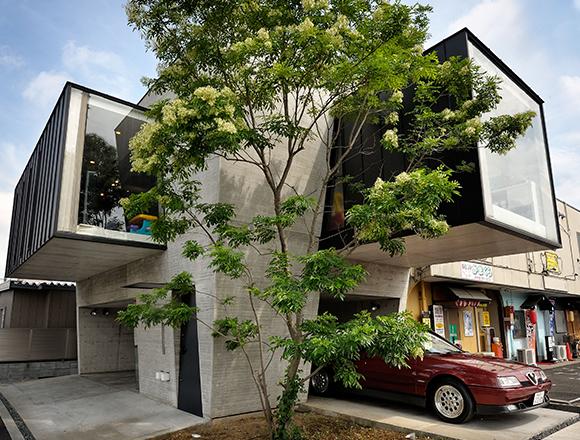 【ENGINE・ハウス】敷地は28坪 交差点に建つ奇想天外なローコストの小さな家