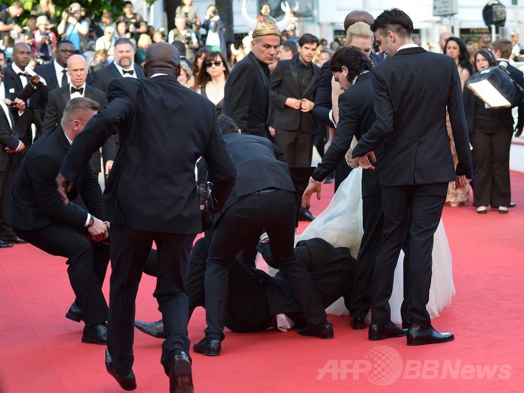男が米女優のスカートに頭突っ込む、カンヌ映画祭