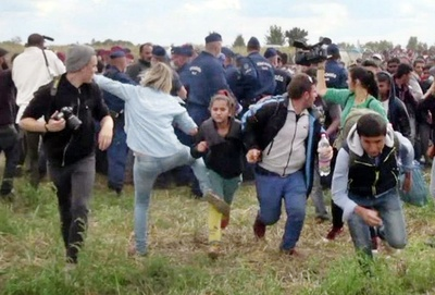 逃げる移民を蹴ったカメラマンの女を起訴 ハンガリー