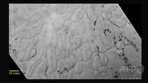 冥王星の表面に神秘的な氷の平原、NASA最新画像