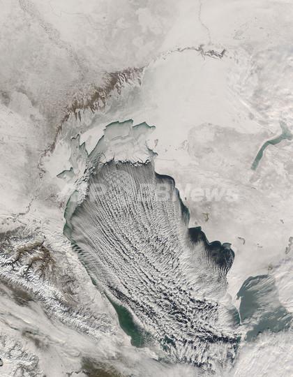 氷結するカスピ海、NASA衛星写真