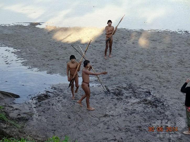 アマゾン先住民、外部と接触の瞬間 ブラジル当局が映像公開