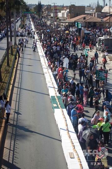 世界最長のキングケーキ、全長2キロ メキシコ