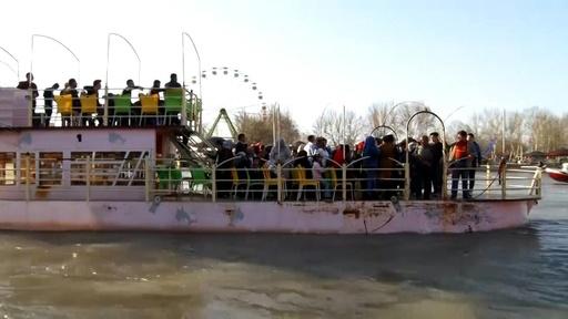 動画:イラクでフェリー沈没、94人死亡 新年祝う家族連れ犠牲に