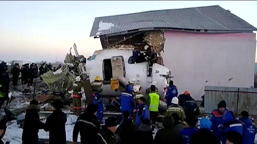 動画:カザフスタンで旅客機墜落、100人搭乗 12人死亡 現地の映像
