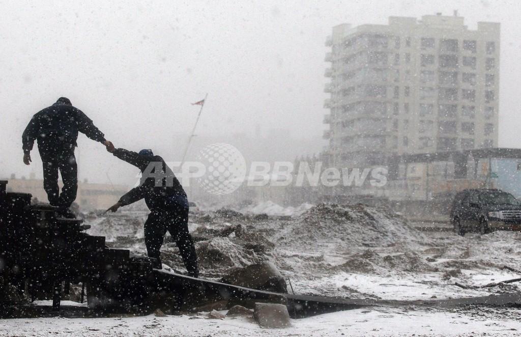 米NYに冬の嵐、「サンディ」で停電続くなか降雪