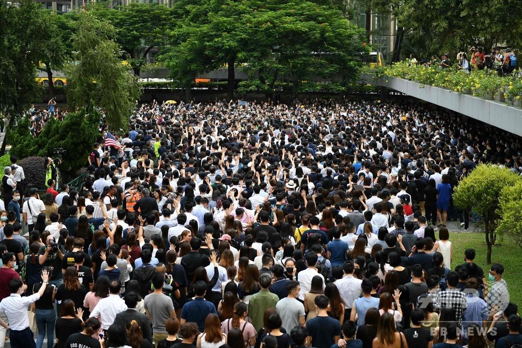 香港オフィス街、会社員らが「覆面禁止」に抗議デモ