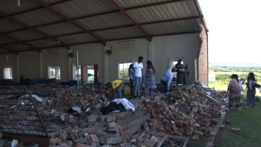 動画:暴風雨で教会のれんが壁崩壊、13人死亡 南ア