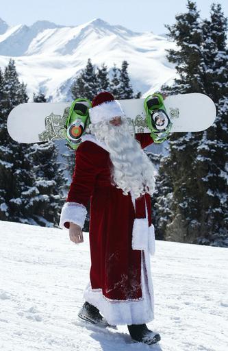 サンタもスノボ?キルギスで「国際サンタクロース・フェスティバル」開催