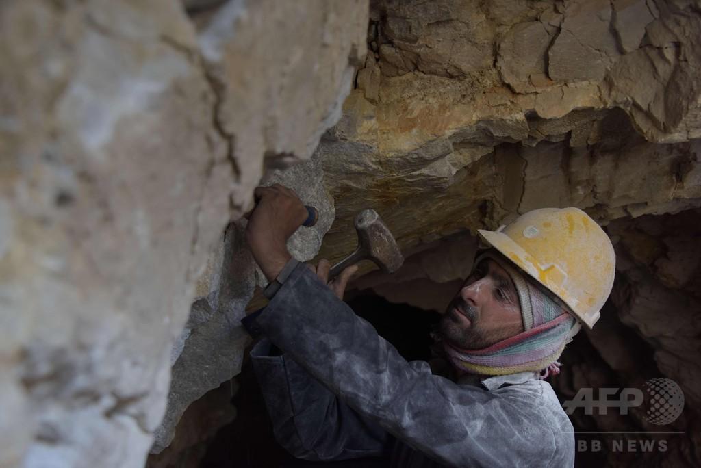 岩の中に眠る大量のルビー、掘り出せない理由は? パキスタン
