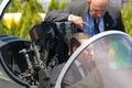 マクロン仏大統領、パリ国際航空ショーを視察 コックピットでパイロット気分