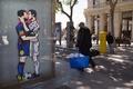 クラシコ控えメッシとロナウドが「キス」、バルセロナでグラフィティが話題に
