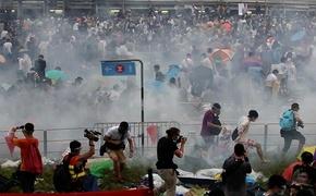 香港の民主派デモ、警察が催涙弾を発射