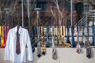 首相の給与倍増に市民激怒、政府庁舎にネクタイつるす コソボ