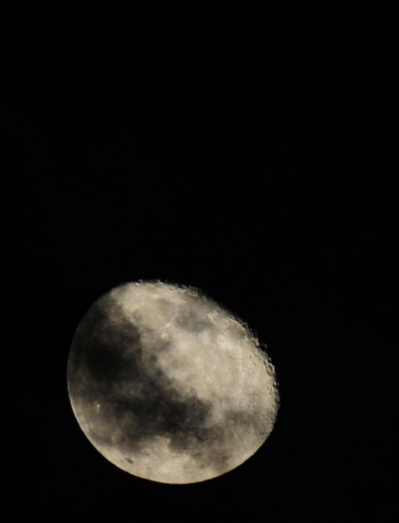 クレーターまでくっきり、カリブ海に現れた幻想的な月