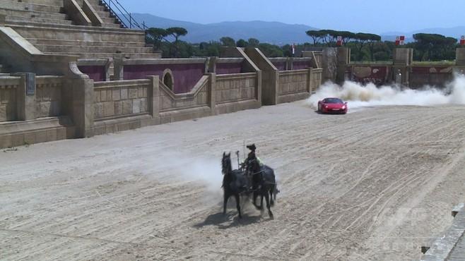 動画:異種混走レース! フェラーリ対2頭立て古代戦車