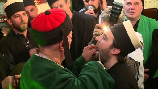 動画:イスラム教神秘主義者、頬に串刺す伝統行事 コソボ