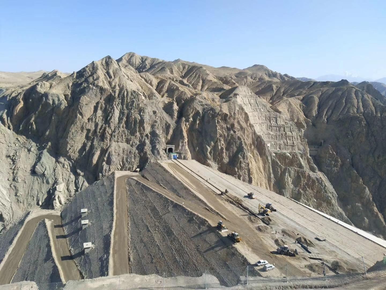 新疆チャルチャン県の水利プロジェクトで、ダムの最上部封じる作業完了