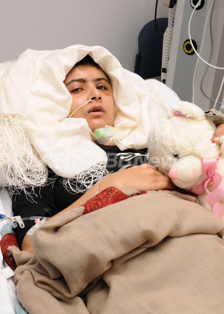 タリバンに頭撃たれたパキスタン少女、立てるまで回復
