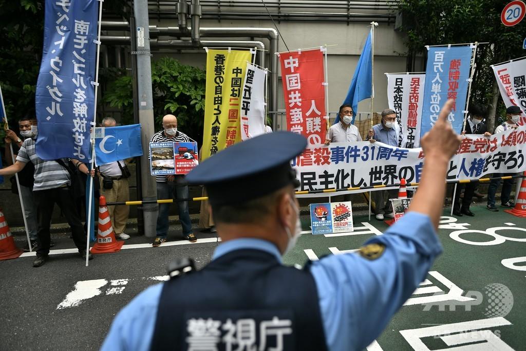 天安門事件から31年、中国大使館前で民主派グループが抗議デモ