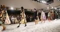 エリザベス女王、ロンドン・ファッションウイークを初訪問