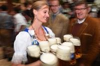 第184回「オクトーバーフェスト」が開幕、雨天でも大盛況 ドイツ