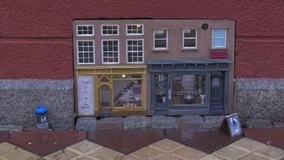 動画:道端に「ネズミ御用達」のミニチュア店舗出現、人気スポットに スウェーデン
