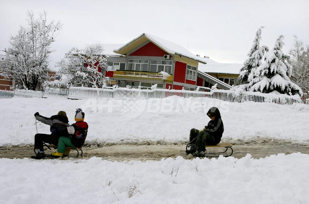子どもたち大喜び、コソボの初雪