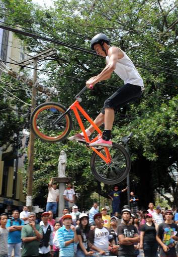 中米ホンジュラスで自転車アクロバット
