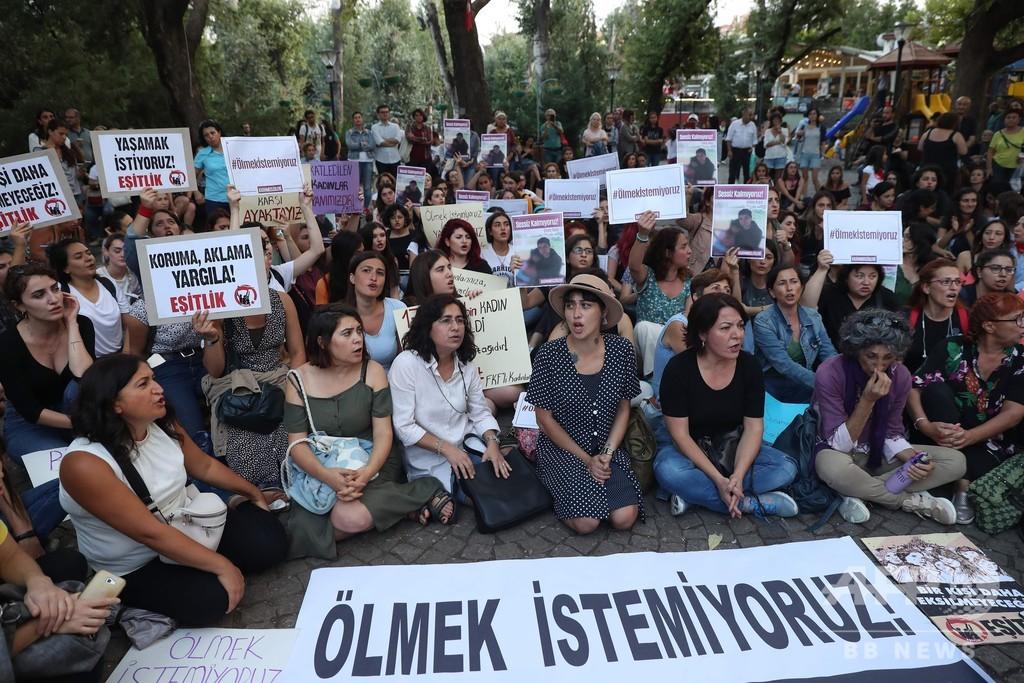 「ママ、死なないで」娘の目の前で元夫が女性殺害、トルコで激しい怒り