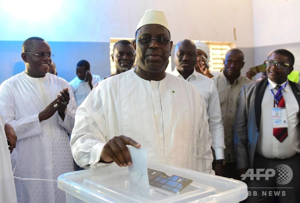 セネガル大統領選、現職サル氏陣営が第1回投票で勝利宣言