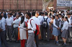 入試会場でブラジャー外すよう命じる、カンニング防止で インド