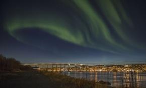ノルウェー北部都市上空にオーロラ出現