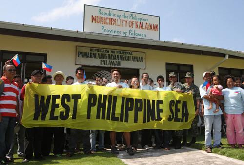 フィリピン議員団が南沙諸島を視察、中国の警告無視
