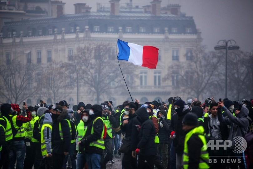 仏、来年の燃料税引き上げ断念 8日にも全土でデモか