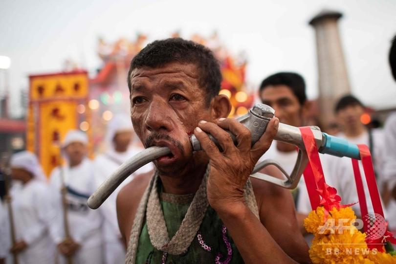 あいたたた……タイ・プーケットで恒例の奇祭